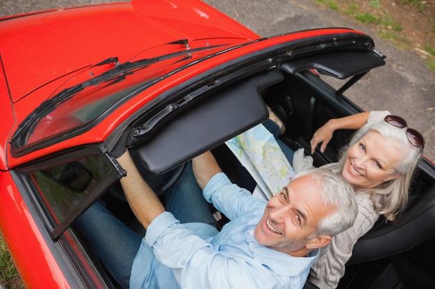 Wysokiego kąta widok rozochocony dorośleć mężczyzna ma przejażdżkę z jego żoną