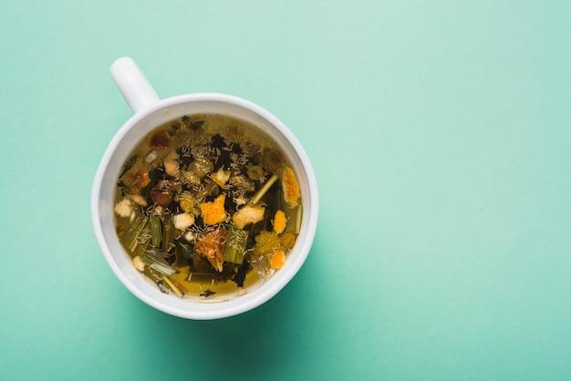 Wysokiego kąta widok ziołowa herbata na zielonym tle