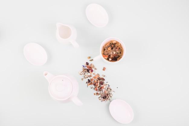 Wysokiego kąta widok ziołowy herbaciany pobliski crockery na białym tle