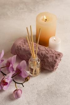 Wysokiego kąta zdroju pojęcie z świeczkami i kwiatami