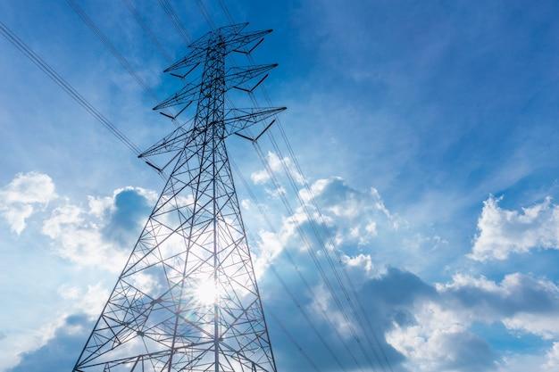 Wysokiego napięcia energii elektrycznej sylwetka linii z niebieskim niebie chmury