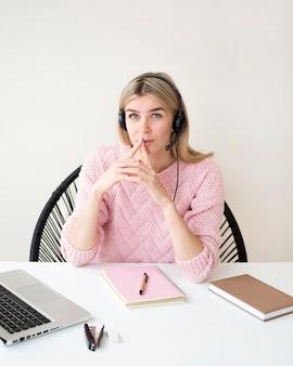 Wysokiego widoku kobieta myśleć e-learningowego pojęcie