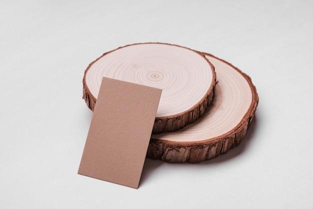 Wysokiego widoku korporacyjna wizytówka na drewnie