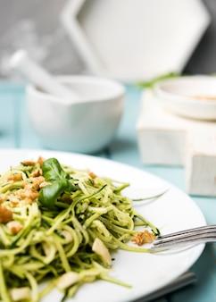 Wysokiego widoku zdrowy zielonej sałatki zakończenie