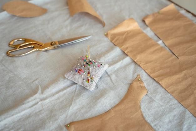 Wysokiej jakości materiał z igłami i nożyczkami