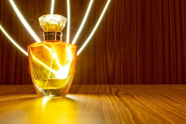 Wysokiej klasy butelka perfum izolowana na drewnianym tle z efektem lekkiego śladu