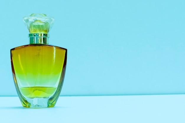Wysokiej klasy pomarańczowa szklana butelka perfum izolowana fotografia produktu