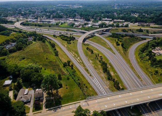 Wysoko nad autostradami i skrzyżowaniami pasmo dróg i międzystanowa prowadzi na szybką autostradę transportową w cleveland w stanie ohio. widok z lotu ptaka