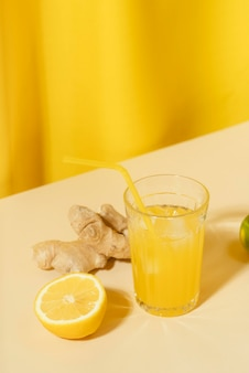 Wysoko ustawione szkło z sokiem z cytryny