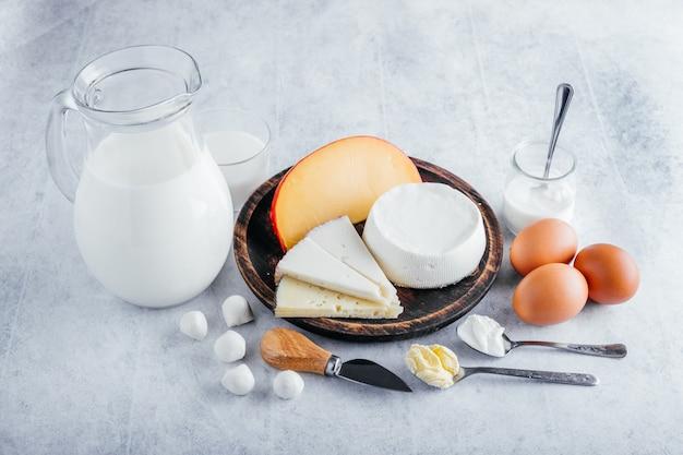 Wysokobiałkowe produkty mleczne, takie jak mleko krowie, sery, masło i jajka