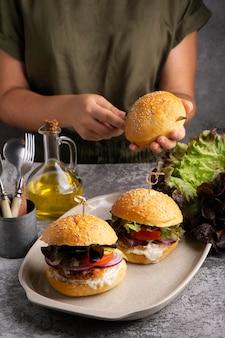 Wysokobiałkowy posiłek z burgerów z bliska