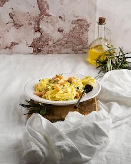 Wysokobiałkowy posiłek z makaronu z bliska