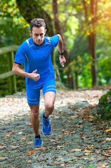 Wysokogórski biegacz podczas treningu pod górę