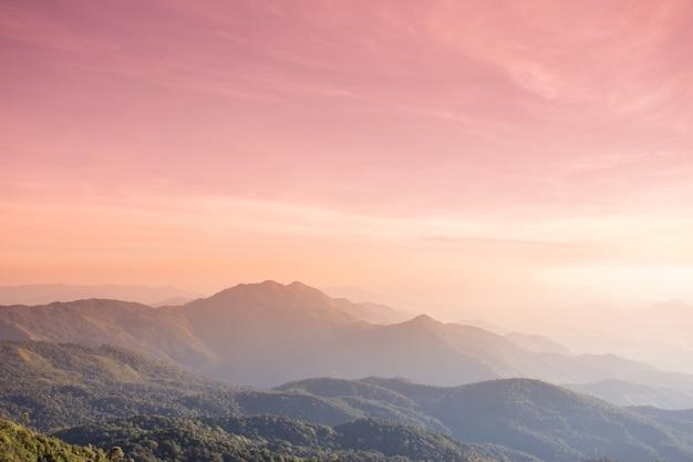 Wysokogórski krajobraz o zachodzie słońca