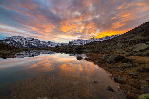 Wysokogórskie jezioro alpejskie, refleksje o zachodzie słońca
