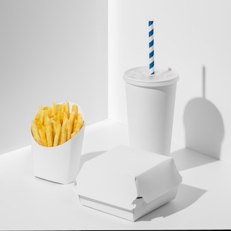 Wysokokątne opakowanie fast food z pustym kubkiem i frytkami