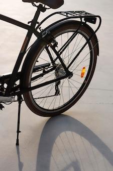 Wysokokątne tylne koło roweru vintage