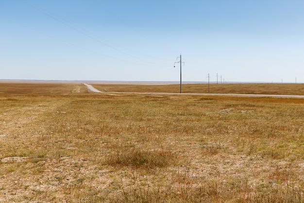 Wysokonapięciowa linia energetyczna w mongolskim stepie, piękny krajobraz, mongolia