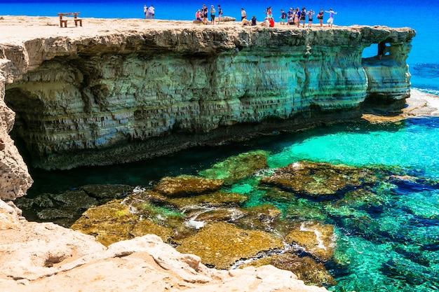 Wyspa cypr, formacje skalne i jaskinie w parku przyrody cape greko