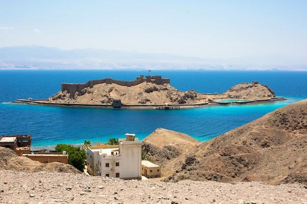 Wyspa faraona w kurorcie nad morzem czerwonym taba, synaj południowy, egipt