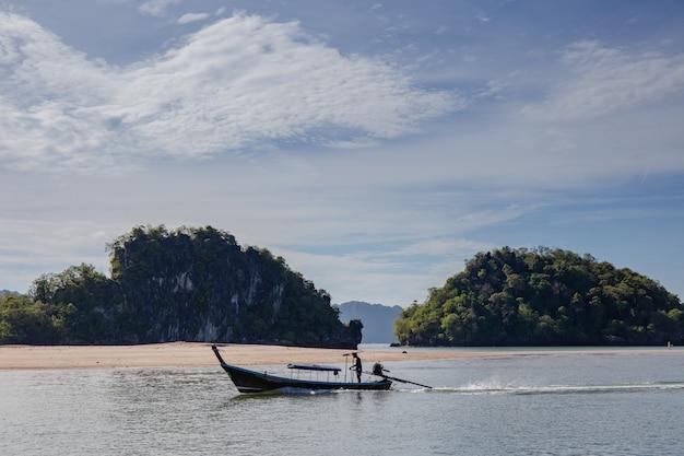 Wyspa i błękitne morze z łodzią