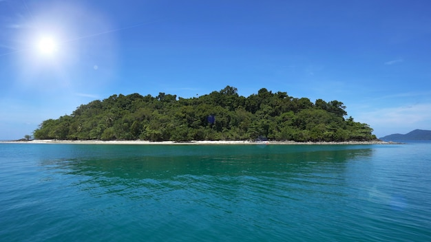 Wyspa i morze w jasny dzień, piękne chmury pływające