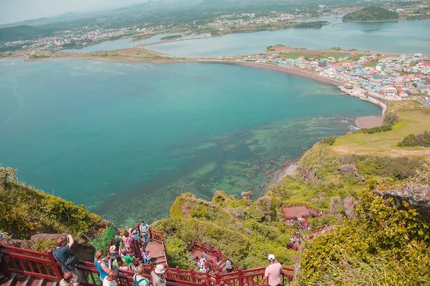 Wyspa jeju, korea - 12 października: songsan ilchulbong w jeju, korea południowa - 12 października 2014 r.
