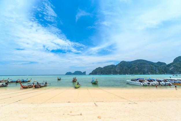 Wyspa kai, phuket, tajlandia. - 22 kwietnia 2017 r .: tłumy gości opalających się korzystają z łodzi wycieczkowych