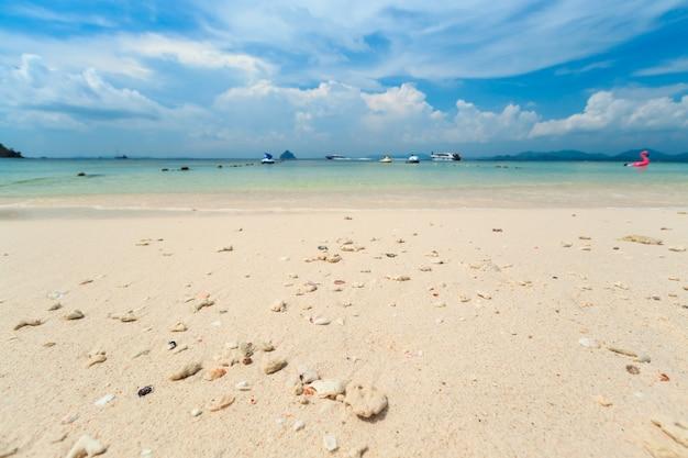 Wyspa kai, phuket, tajlandia. mała tropikalna wyspa z białą piaszczystą plażą i niebieską przezroczystą wodą morza andamańskiego.