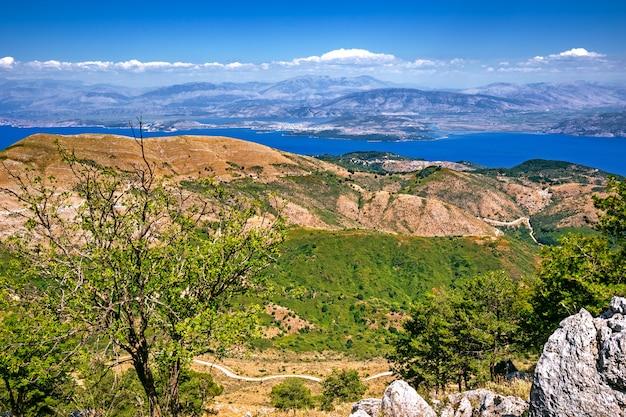 Wyspa korfu z najwyższego szczytu góry pantokrator patrząc na wschód w kierunku albanii w grecji