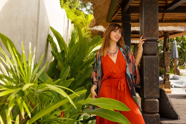 Wyspa moda. uwodzicielska stylowa kobieta w cygański letnie ubrania pozowanie w tropikalnym luksusowym kurorcie. koncepcja wakacji.