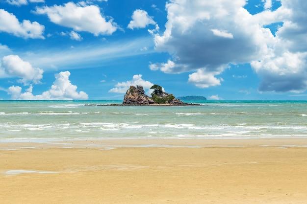Wyspa morza i błękitnego nieba w rayong, tajlandia