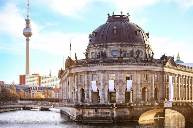 Wyspa muzeów i wieża telewizyjna na alexanderplatz, berlin, niemcy