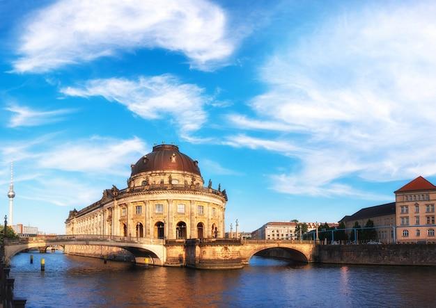Wyspa muzeów w berlinie nad rzeką szprewą z chmurami