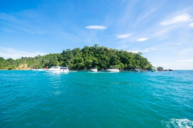 Wyspa na morzu przystanek łodzi, aby zabrać turystów do nurkowania z koh samet