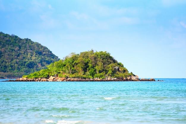 Wyspa plaży piękny tropikalny ocean - rajska wyspa morze letni dzień