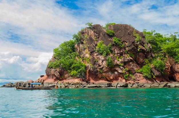 Wyspa przy krabi, tajlandia z łodzią