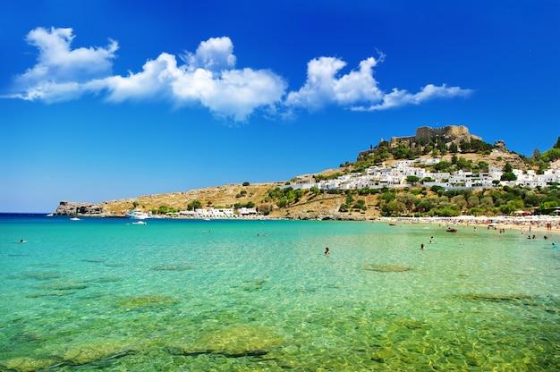 Wyspa rodos - popularna zatoka lindou z zamkiem na akropolu. punkt orientacyjny grecji