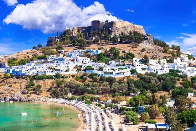 Wyspa rodos. popularna zatoka lindou z zamkiem na akropolu. zabytki grecji