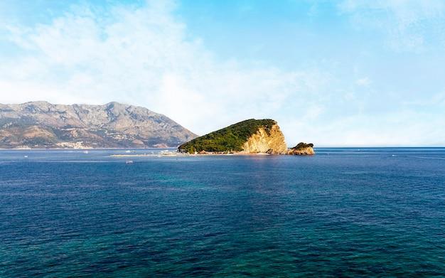 Wyspa st. nicholas w zatoce morza adriatyckiego w pobliżu miasta budva