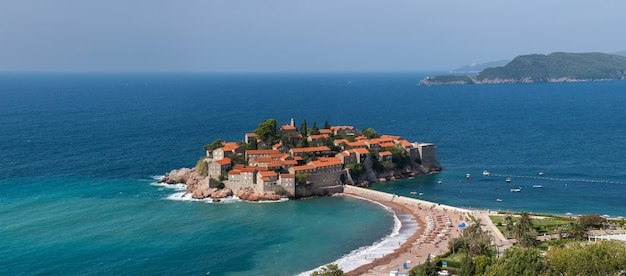 Wyspa st. stephan na morzu adriatyckim w czarnogórze. panoramiczne widoki na wybrzeże z wysokiego punktu