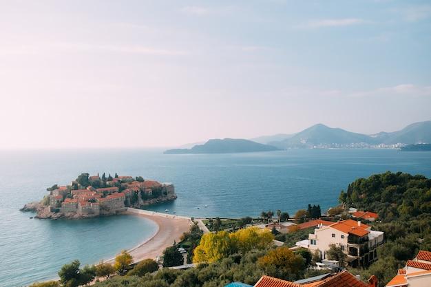 Wyspa sveti stefan w czarnogórze. zdjęcie panoramiczne
