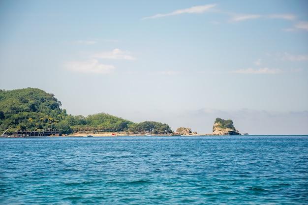 Wyspa św. mikołaja, położona naprzeciwko budvy na morzu adriatyckim. czarnogóra.