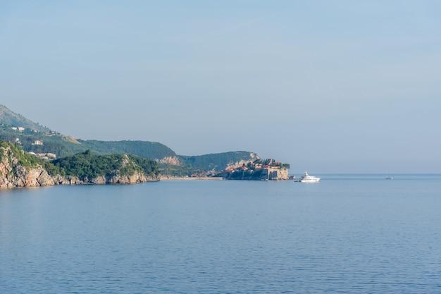 Wyspa św. szczepana na horyzoncie na morzu adriatyckim.