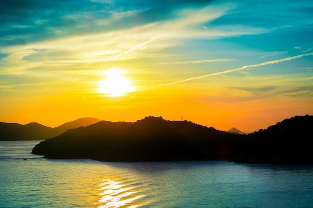 Wyspa sylwetka z zachodem słońca w kolorowym świetle