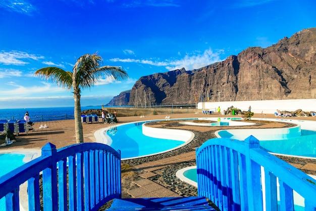 Wyspa teneryfa. relaksujące wakacje w los gigantes. basen publiczny