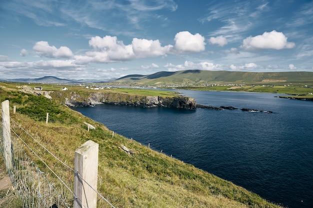 Wyspa valentia otoczona morzem w słońcu i pochmurne niebo w irlandii