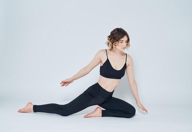 Wysportowana kobieta ćwiczenia gimnastyczne asana aktywny styl życia