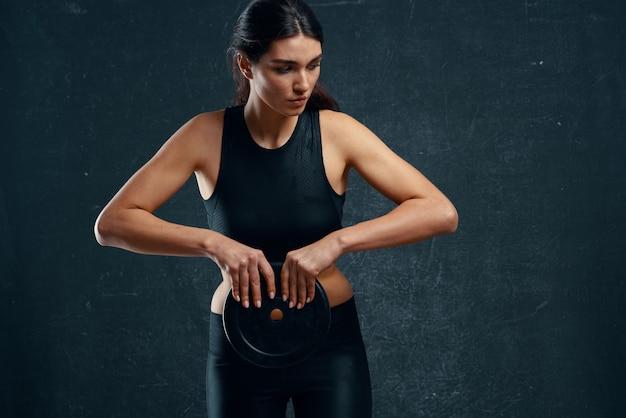 Wysportowana kobieta siłownia szczupła sylwetka fitness