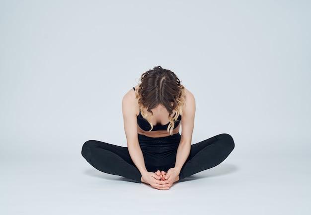 Wysportowana kobieta trening rozciągający aktywny styl życia asana